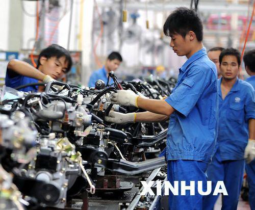 这是上汽通用五菱汽车股份有限公司职工在装配汽车; 柳州已成为广西