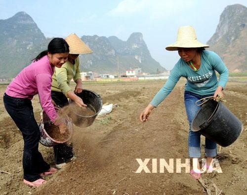 乡村妇女的生活照